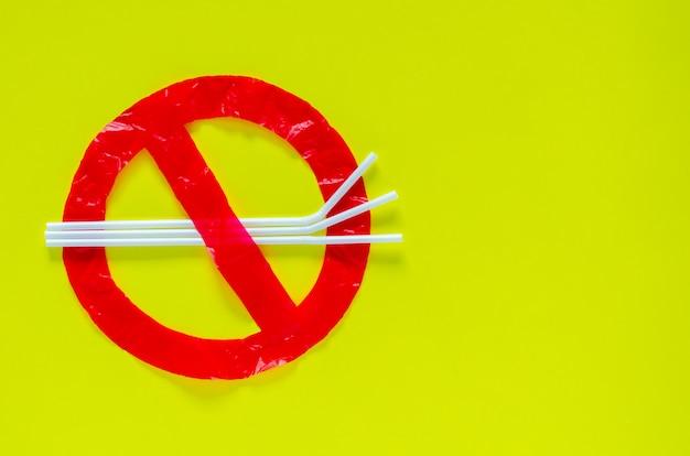 O símbolo de parar de usar pacotes ambientais hostis que fizeram de saco plástico e palha. Foto Premium