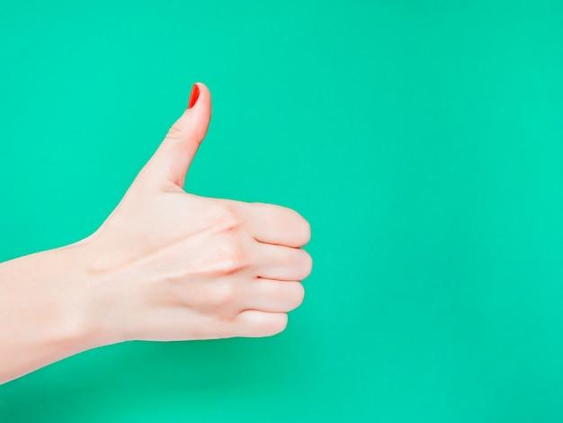 O sinal de polegar para cima. como sinal de mão. Foto Premium