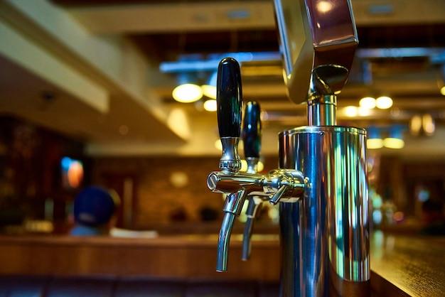 O sistema de engarrafamento de cerveja na cervejaria. Foto Premium