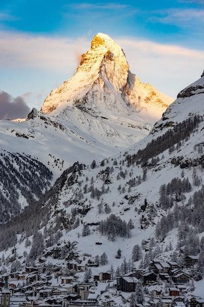 O sol brilha na ponta do matterhorn nos alpes suíços, pouco antes do nascer do sol na vila de zermatt, na suíça. Foto Premium