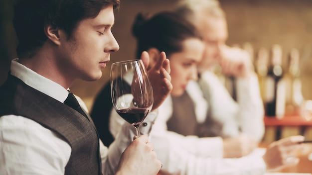O sommelier profissional prova o vinho vermelho no restaurante. Foto Premium
