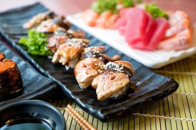 O sushi de foie gras ajustou-se com salmões, atum, ovas dos peixes de voo e close up do caviar. Foto Premium