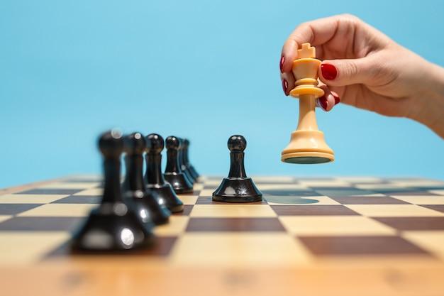 O tabuleiro de xadrez e o conceito de jogo de ideias e concorrência de negócios. Foto gratuita