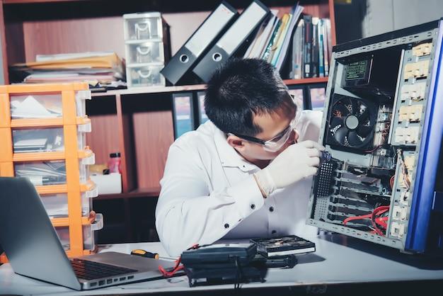 O técnico consertando o computador, hardware de computador, consertando, atualize e tecnologia Foto gratuita
