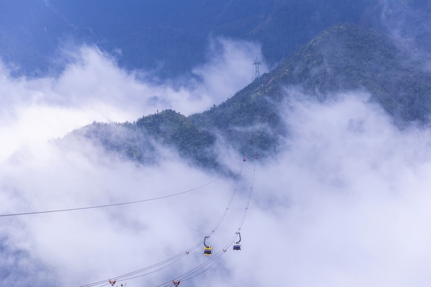 O teleférico elétrico vai ao pico de montanha de fansipan a montanha a mais alta em indochina, em 3,143 medidores em sapa, vietnam. Foto Premium