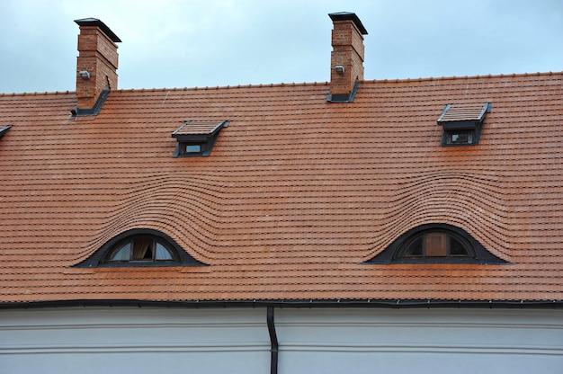 O telhado de telha do castelo com windows Foto Premium