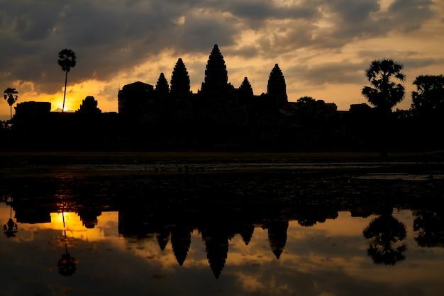 O templo de angkor wat no camboja Foto gratuita