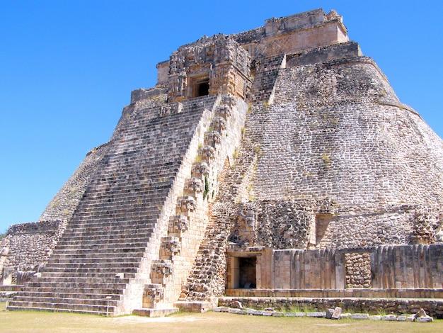 O templo de kukulcan no sítio arqueológico de chichen itza, méxico. vista lateral Foto Premium