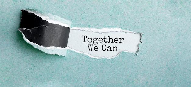 O texto juntos podemos aparecer atrás de um papel rasgado Foto Premium