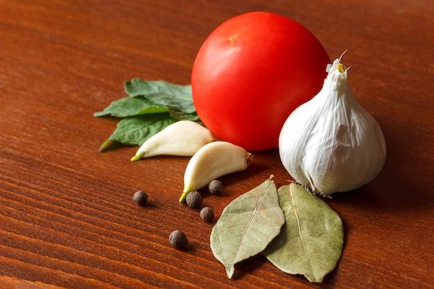 O tomate e o alho vermelhos com especiarias estão na tabela. Foto Premium