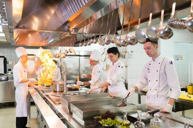O trabalho do cozinheiro na cozinha do restaurante. Foto Premium
