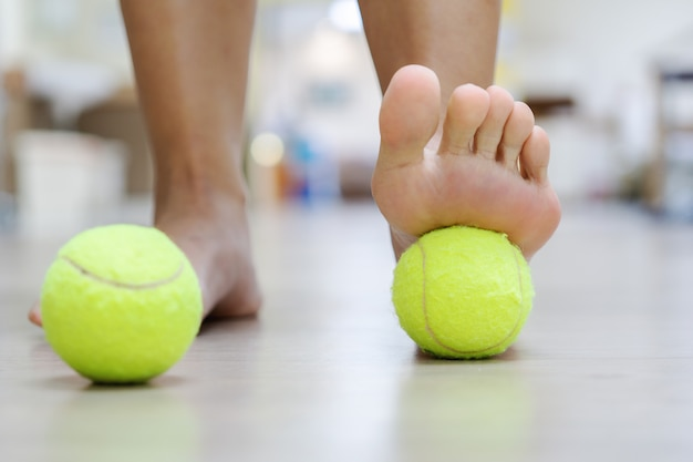 O tratamento da bola de tênis: a bola aplicará pressão no local dolorido e aumentará o procedimento. Foto Premium