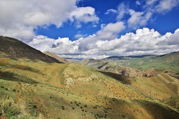 O vale nas montanhas do cáucaso da armênia Foto Premium