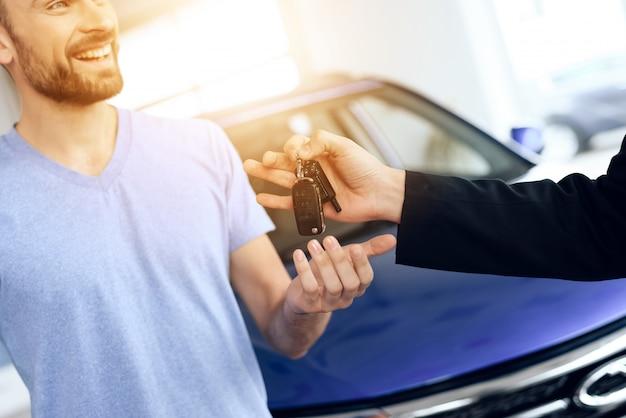O vendedor deu o comprador das chaves do carro. Foto Premium