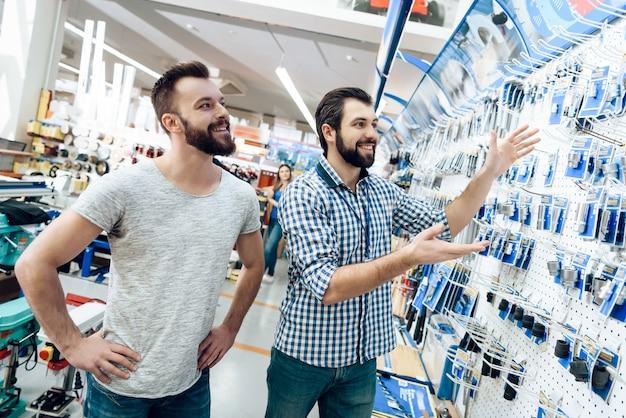 O vendedor é mostra a seleção do equipamento ao cliente Foto Premium