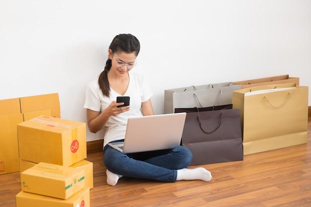 O vendedor prepara a caixa de entrega para o cliente Foto Premium