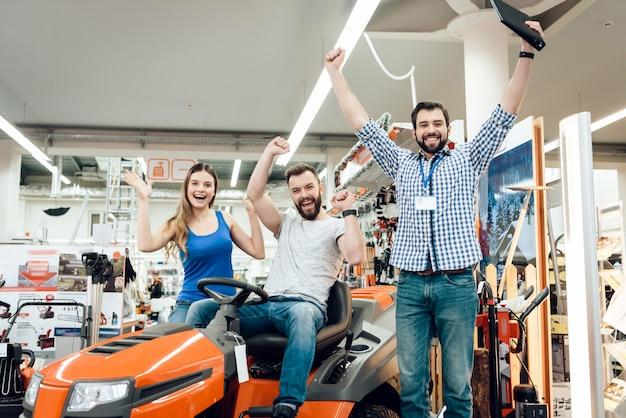 O vendedor vende o carro para o par do divertimento da limpeza. Foto Premium