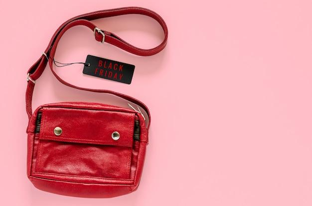 O vermelho leva o saco com preços pretos no fundo cor-de-rosa para o conceito da venda da compra de black friday. Foto Premium
