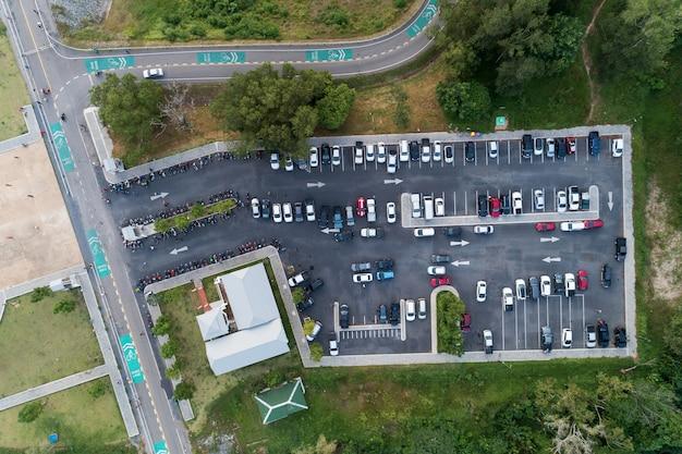 O zangão da vista aérea disparou de veículos do lote de estacionamento fora no parque. Foto Premium