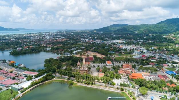 O zangão da vista aérea disparou do templo do wat chalong ou do wat chaithararam em phuket tailândia. Foto Premium