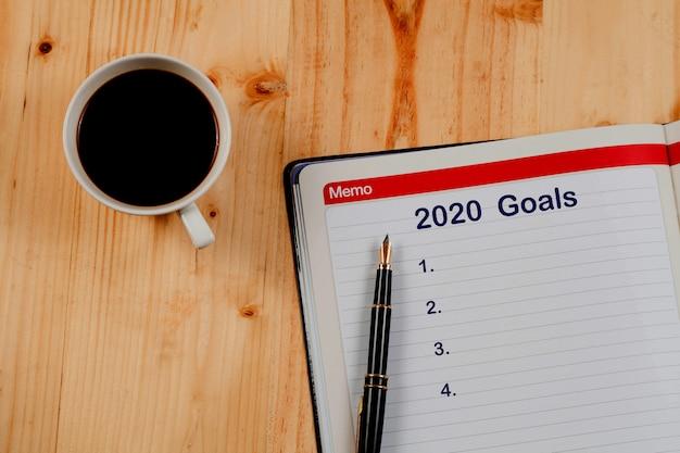 Objetivos de 2020 planejam a lista na nota de livro, plano de negócios. Foto Premium