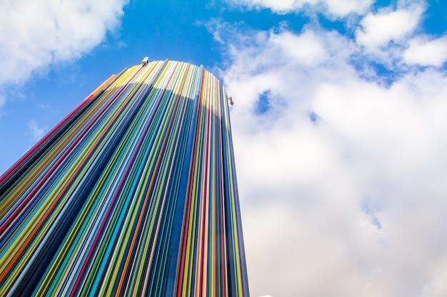 Objeto de arte de escultura le moretti sobre céu azul no distrito de la defense, o maior distric de negócios na europa Foto Premium