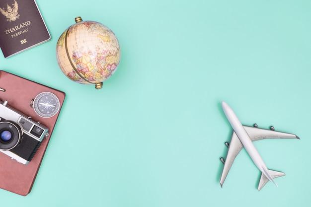 Objeto de equipamento de viagens vintage em azul esverdeado copyspace verde Foto Premium
