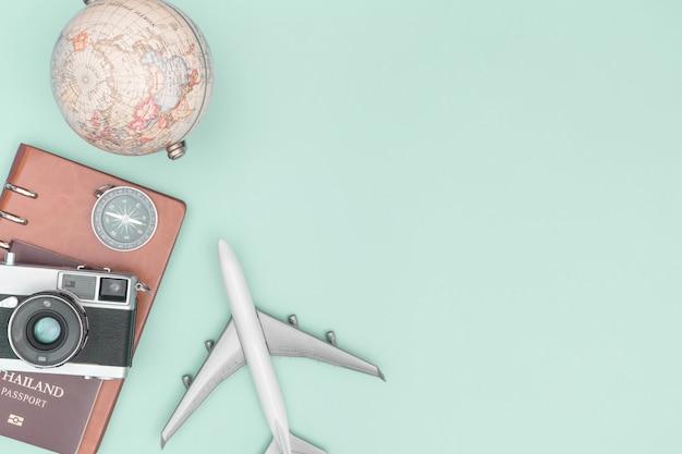 Objeto de equipamento de viagens vintage no espaço da cópia de fundo verde Foto Premium