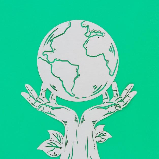 Objeto de madeira do dia mundial do meio ambiente sobre fundo verde Foto gratuita