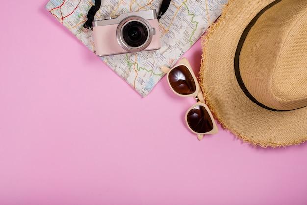 Objetos de acessórios de viagem e gadgets vista de cima Foto gratuita