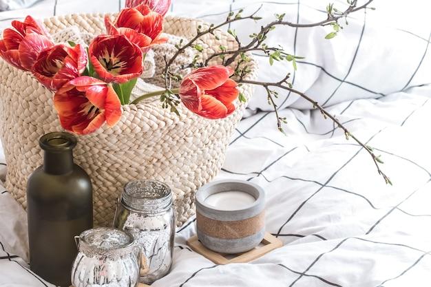 Objetos de decoração aconchegante para casa no interior da sala. com lindas tulipas vermelhas. o conceito de decoração e atmosfera doméstica Foto gratuita