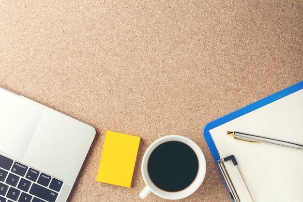 Objetos de empresários colocados no chão de madeira marrom. Foto gratuita