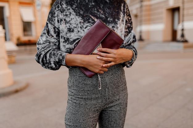 Objetos de moda. mulher negra, segurando no saco de luxo de mãos Foto gratuita