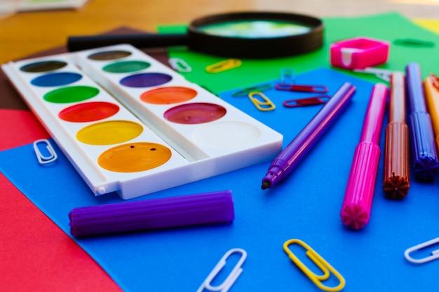 Objetos de papelaria. escola e material de escritório Foto Premium