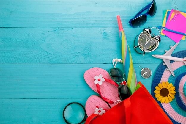 Objetos de verão do acessório de verão linda no fundo de madeira azul com copyspace Foto Premium