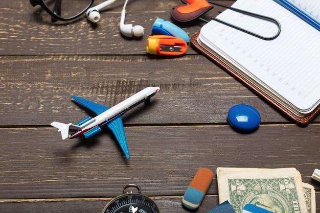 Objetos de viajante na mesa de madeira Foto Premium