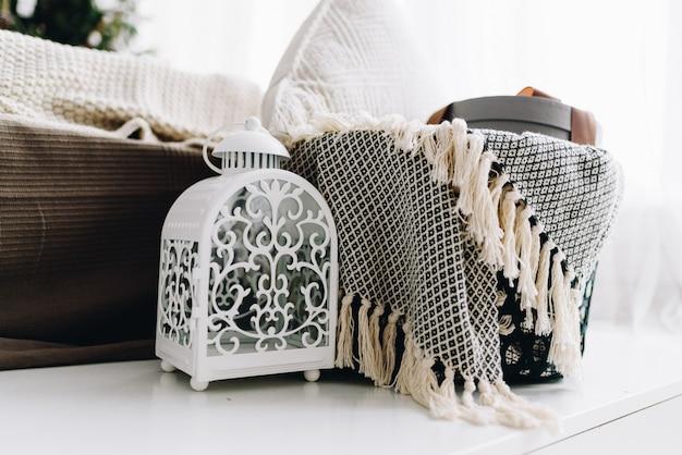 Objetos interiores aconchegantes e cobertores para férias Foto Premium