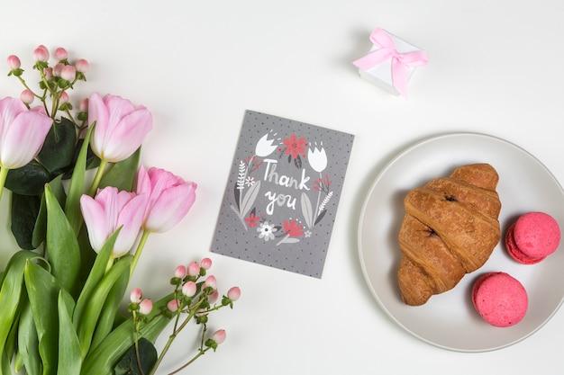 Obrigado inscrição com tulipas e croissant Foto gratuita