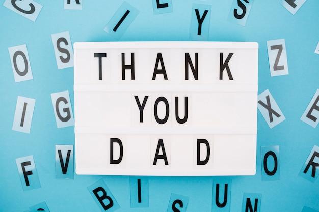 Obrigado pai título no tablet perto de cartas Foto gratuita