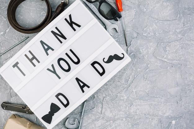 Obrigado papai inscrição no tablet perto de acessórios masculinos Foto gratuita
