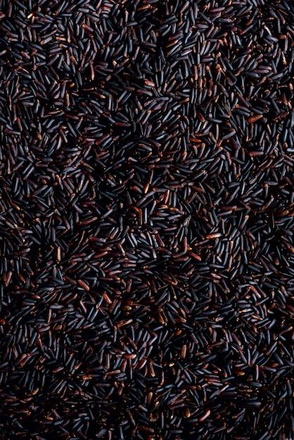 Obscuridade crua - vermelho, arroz roxo traseiro, textura. padrão de riceberry. ingrediente alimentar Foto Premium