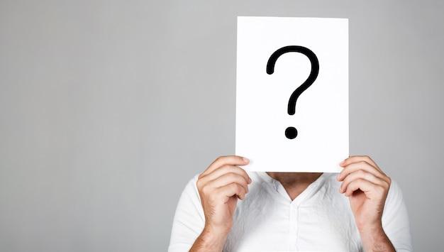 Obtendo respostas. ponto de interrogação, símbolo. homem pensativo. Foto Premium