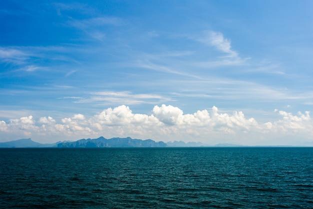 Oceano azul com céu nublado Foto Premium