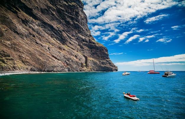 Oceano e falésias em playa de masca, no final da popular caminhada pela garganta, tenerife, ilhas canárias, espanha Foto Premium