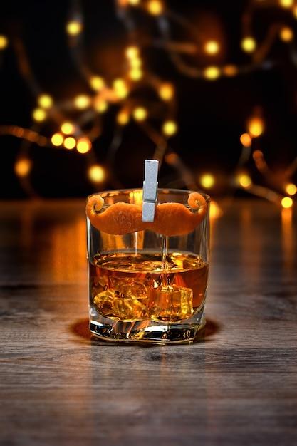 Ocktail sharpie mustache, inclui dry gin, amaro, bitters, bigode decorado com casca de laranja. ótima ideia para o dia dos pais. Foto Premium
