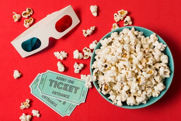 Óculos 3d com ingressos de cinema e pipoca Foto gratuita