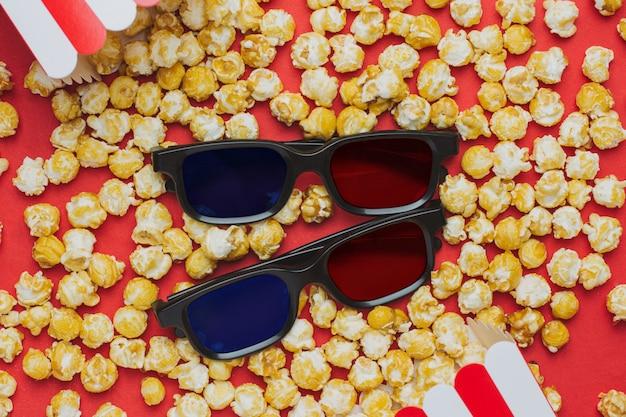 Óculos 3d e pipoca na vista superior vermelha Foto Premium