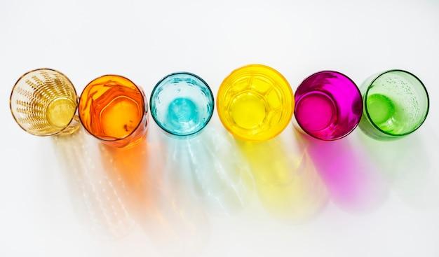 Óculos coloridos no fundo branco Foto gratuita
