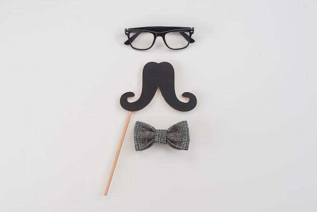 Óculos com bigode de papel e gravata borboleta Foto gratuita