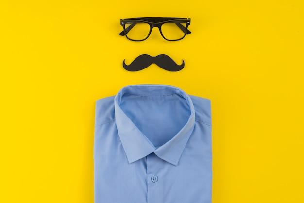 Óculos com bigode e camisa na mesa Foto gratuita